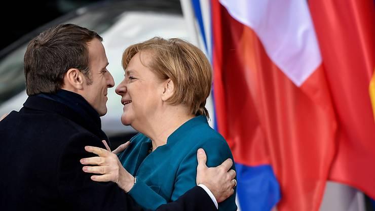 Die deutsche Bundeskanzlerin Angela Merkel und Frankreichs Präsident Emmanuel Macron besiegeln in Aachen einen neuen Freundschaftsvertrag.