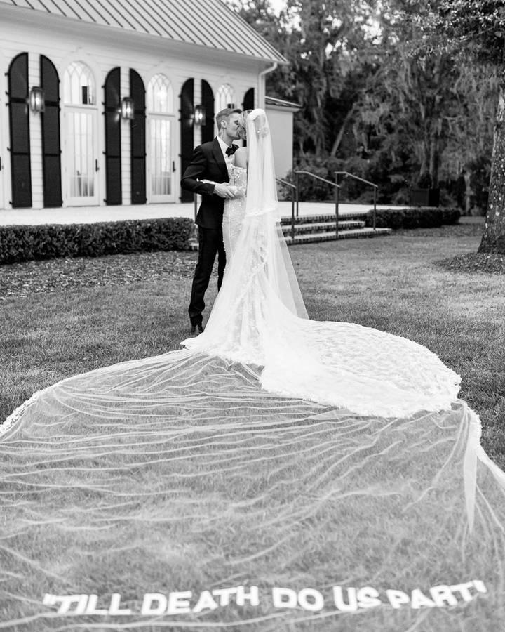 Auf ihrem Kleid steht: «Bis dass der Tod uns scheidet!» (© instagram/haileybieber)