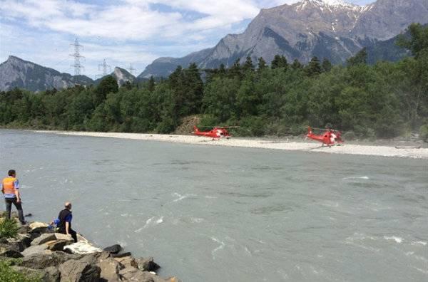 Nach der vermissten Person wird fieberhaft gesucht. Die Rettungskräfte sind auf der Landquart im Einsatz.