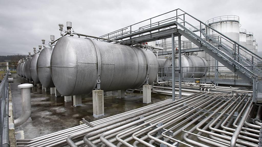 Tanks und ein Rohrsystem beim Betrieb der Alcosuisse in Delsberg: Die private Firma verwaltet derzeit ein temporäres Ethanol-Sicherheitslager. (Archivbild aus dem Jahr 2007)