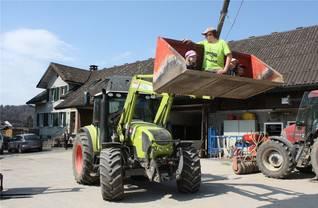 Ein Highlight war das Mitfahren auf dem Traktor.