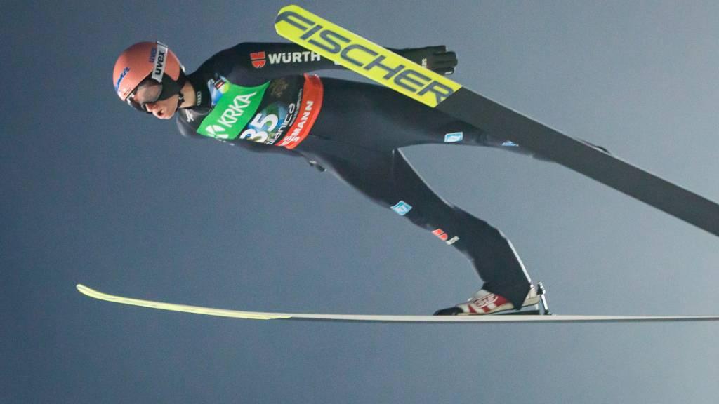 Karl Geiger gleitet in perfekter Haltung in die Tiefe.