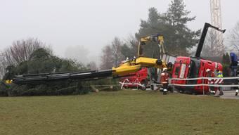 Lastwagen kippt um und zerstört einen Weihnachtsbaum