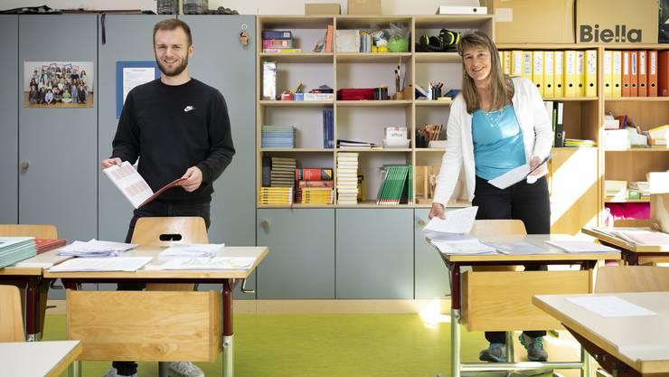 Jonas Hauenstein und Claudia Brandt sind im leeren Klassenzimmer für ihre Schülerinnen und Schüler da.