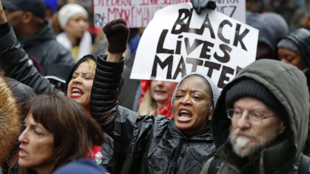 In Chicago protestieren erneut Tausende gegen Polizeigewalt gegen Schwarze.