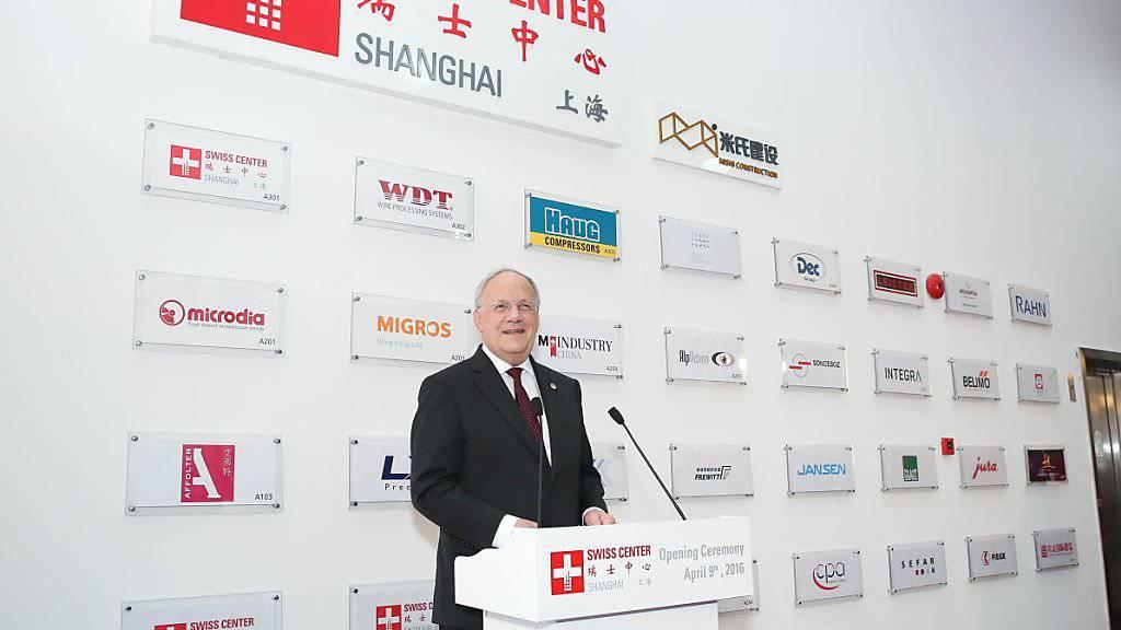 Die Schweizer Exporte nach China liegen auf einem hohen Level. Wirtschaftsminister Johann Schneider-Ammann besuchte im April 2016 im Rahmen seiner China-Reise auch das Swiss Center in Shanghai. (Archiv)