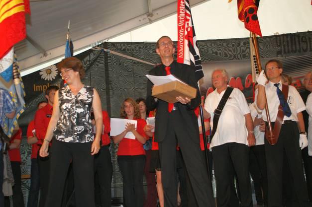 Daniel Döbeli, Dirigent des Regionalen Akkordeonorchesters Frey Reinach, nimmt die Auszeichnung mit dem Prädikat vorzüglich in Empfang