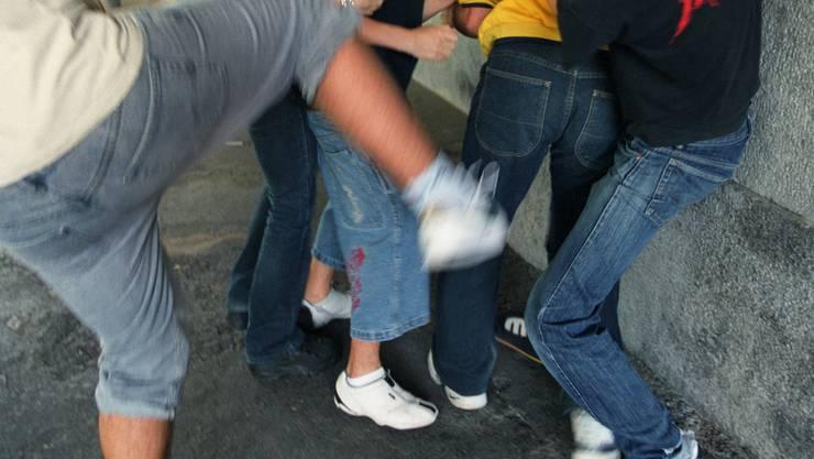 Der Mann wurde scheinbar grundlos aus dem Auto gezerrt und verprügelt (Symbolbild).