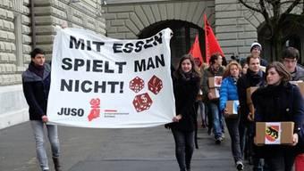 JUSO-Mitglieder reichen die Initiative ein (Bild: juso.ch)