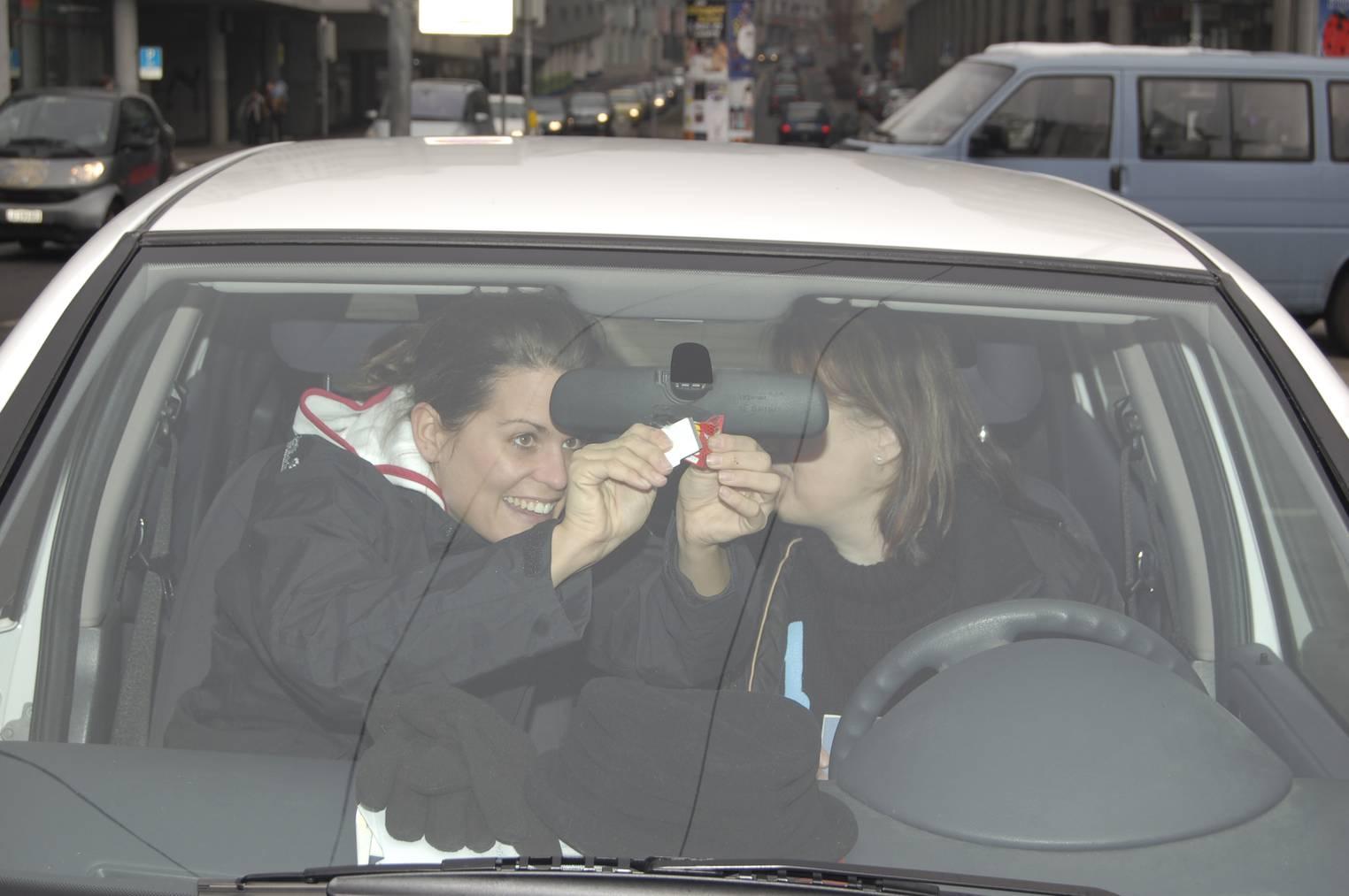 Radio Pilatus-Moderatorin Selina Linder (links) ersetzt bei einer Radio Pilatus-Hörerin die Autobahnvignette.