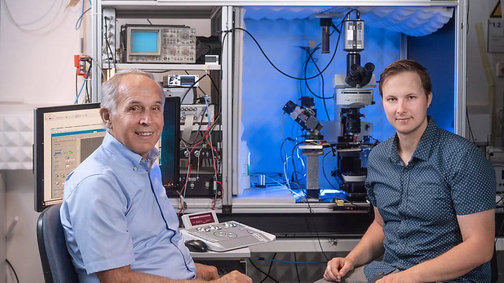 Prof. Konnerth (links) und PhD Master Student Benedikt Zott (rechts) haben einen Auslöser und damit eventuell auch neue therapeutische Angriffspunkte bei Alzheimer erforscht und entdeckt. (zVg)