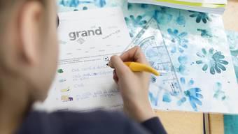 Primarschüler im Aargau sollen mit dem neuen Lehrplan zukünftig schon ab der 5. Klasse Französisch-Unterricht erhalten. (Symbolbild)