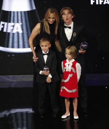 Stolze Familie: Luka Modric mit Frau Vanja Bosnic und den Kindern Ivano und Ema.