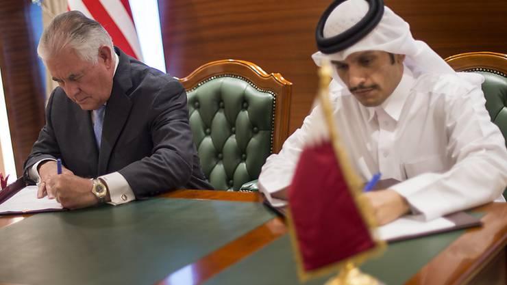 Tillerson und al-Thani: Die beiden Aussenminister der USA und Katars unterzeichneten am Dienstag in Doha ein Abkommen zur Terror-Bekämpfung.