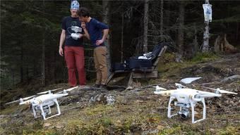 Freunde suchen mit Drohnen dasJungfraugebiet ab.