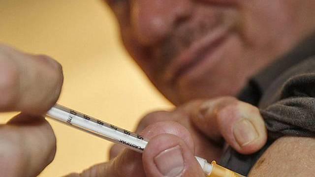 Ein Deutscher lässt sich gegen die Schweinegrippe impfen