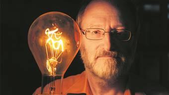 Eduard Buholzer mit einer Glühlampe, produziert in den 1950er-Jahren von der Glühlampenfabrik Aarau.