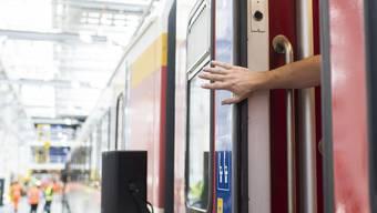 Nach einem tödlichen Unfall muss die SBB gewährleisten, dass die Zugtüren richtig funktionieren. Das haben die Bundesbehörden angeordnet. (Symbolbild)
