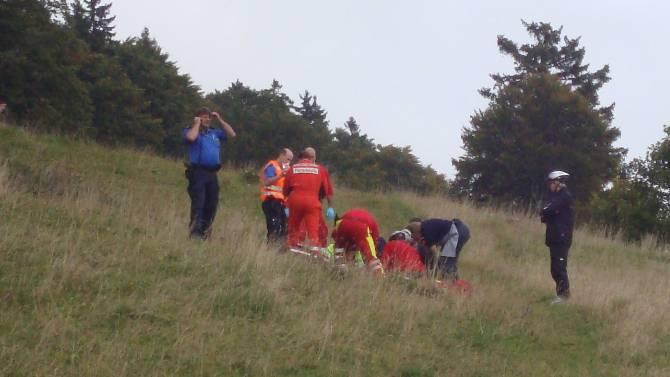 Rettungskräfte leisteten dem auf dem Untergrenchenberg mitten auf der Weide von einer Mutterkuh angegriffenen Wanderer erste Hilfe. zvg