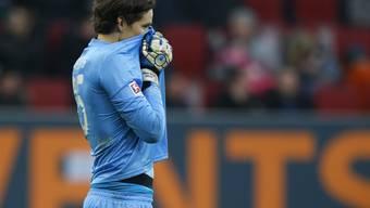 Augsburg-Hüter Marwin Hitz verursachte mit einem Foul den Penalty zum 0:2