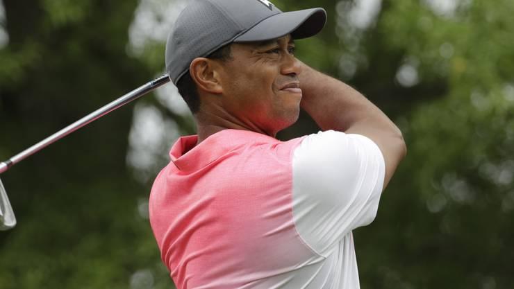 Tiger Woods in ungewohntem farblichem Outfit