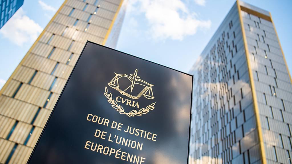ARCHIV - Ein Schild mit der Aufschrift «Cour de Justice de l'union Européene» steht vor den Bürotürmen des Europäischen Gerichtshofs im Europaviertel auf dem Kirchberg. Polen klagt vor dem Europäischen Gerichtshof gegen die neue Rechtsstaatsklausel im EU-Haushalt. Foto: Arne Immanuel Bänsch/dpa