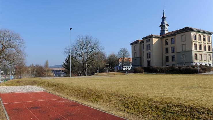 Hier zwischen Schulhaus und Aare wäre das zweigeschossige Fünfeck-Gebäude zu stehen gekommen.