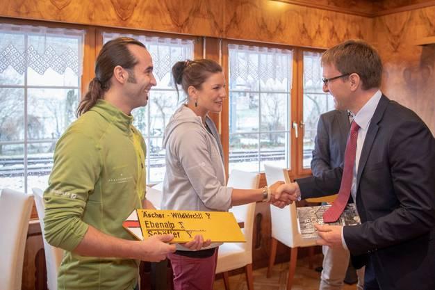 Das neue Wirteteam mit Gallus Knechtle und Melanie Gmünder bekommt vom Landeshauptmann Stefan Müller einen Wegweiser überreicht.