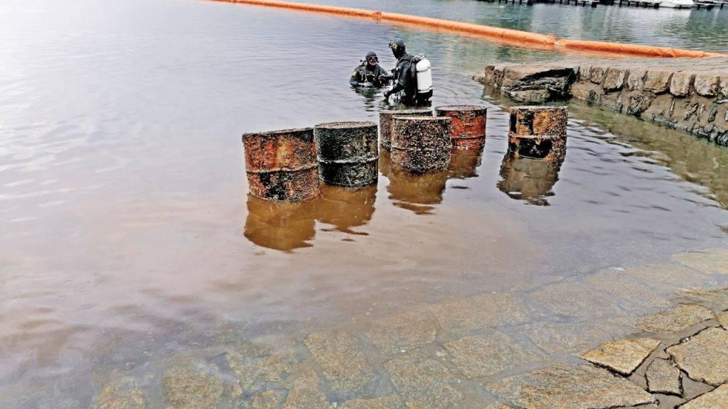Polizei birgt Kanister mit Kohlenwasserstoff aus dem Lago Maggiore