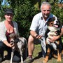 Christine Schmid und Marcel Kuhn präsentieren, zusammen mit ihren Hunden, stolz die gesammelten Trüffel.