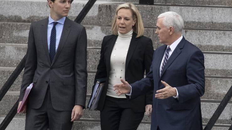 Gespräche unter der Leitung von Vizepräsident Pence (r) brachten keine erkennbaren Fortschritte. Zu den Teilnehmern zählten auch Trump-Schwiegersohn Jared Kushner und die Ministerin für innere Sicherheit Kirstjen Nielsen.