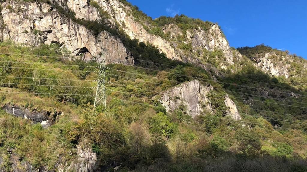 Zwei Kletterer sind am Samstagnachmittag in Cama GR von einem Steinschlag getroffen worden. Sie wurden in ein Spital gebracht.