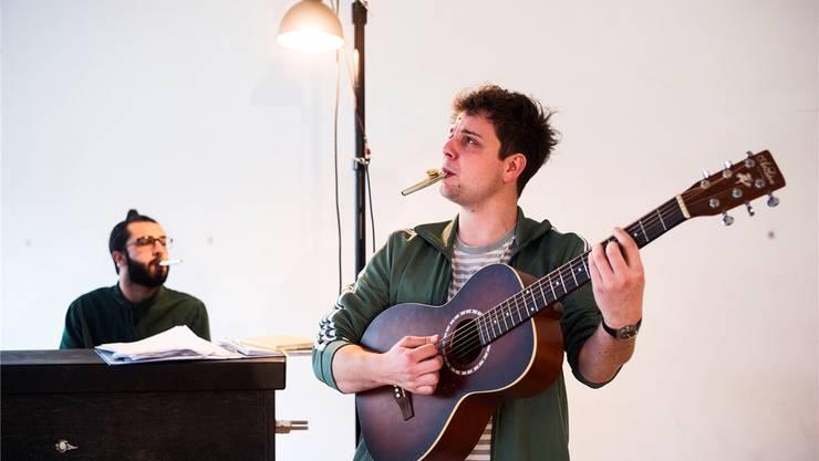 Proben in Liestal ihr neues Bühnenprogramm, mit dem sie in den kommenden Monaten auf Tour sind: Dominik Muheim (vorne) und Sanjiv Channa. Roland Schmid