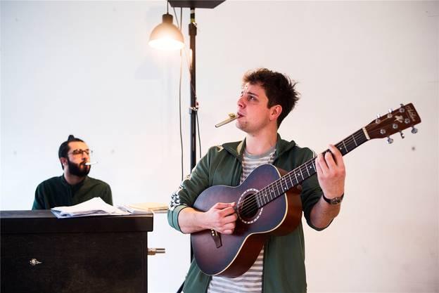 Das Kabarettisten Duo Dominik Muheim und Sanjiv Channa spielen das Programm «Es chunt scho guet» am 9.November.