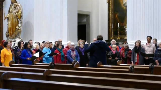 Der Chor der Nationen singt sich in der St.-Ursen-Kathedrale für die Gedenkfeier ein