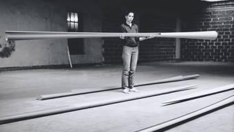 Isa Genzken und ihre Ellipsen und Hyperbolos, aufgenommen 1982 in ihrem Düsseldorfer Atelier.