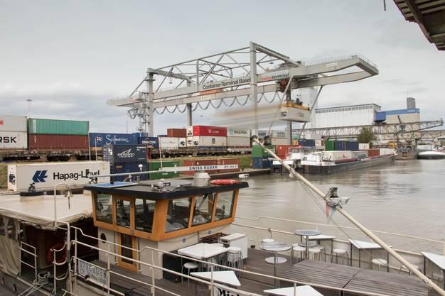 Hochbetrieb im Container Terminal Rheinhafen Basel.