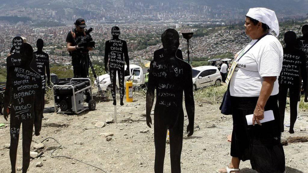 Auf einer Müllhalde in Medellín wird nach Leichen gesucht. Nach einer religiösen Zeremonie im Beisein der Familien der Vermissten wurde mit den Arbeiten begonnen.