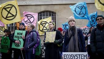 Protestierende der «Extinction Rebellion»-Bewegung in London: Das Sanduhr-Symbol deutet an: Die Zeit läuft uns davon.Reuters