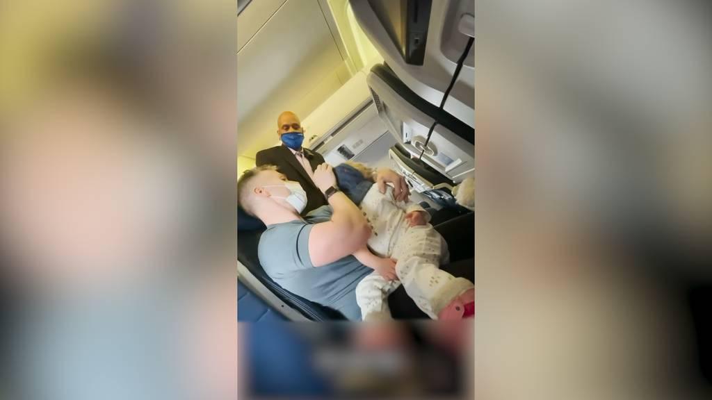 Familie muss Flugzeug verlassen