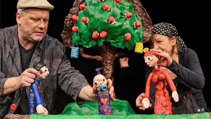 Theaterleiter Sven Mathiasen lässt mit Frauke Jacobi im Stück «Eins Zwei Drei Vier» die Figuren zum Leben erwecken. ZVG