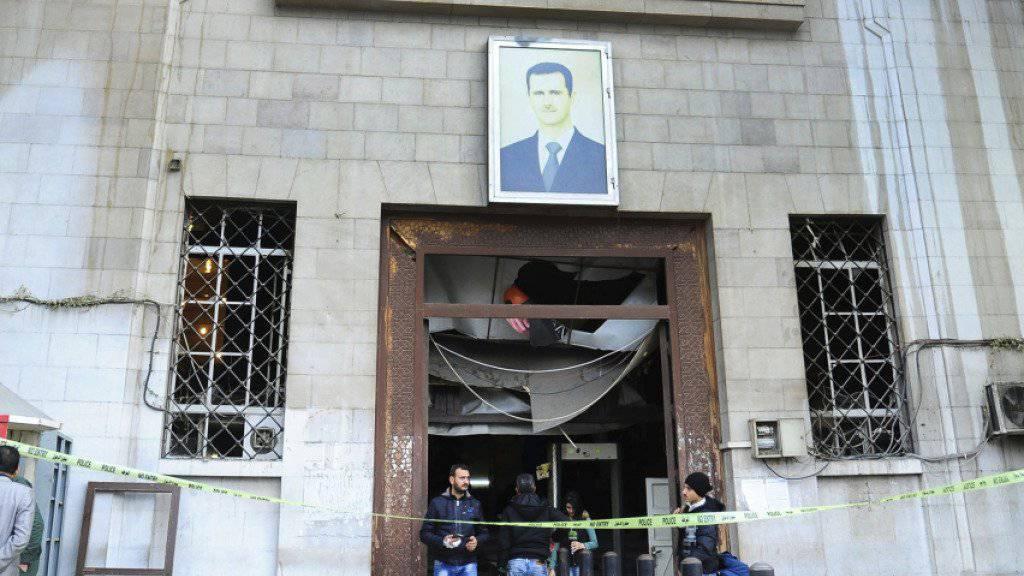 Eingang des Justizpalasts in Damaskus mit Spuren des Anschlags