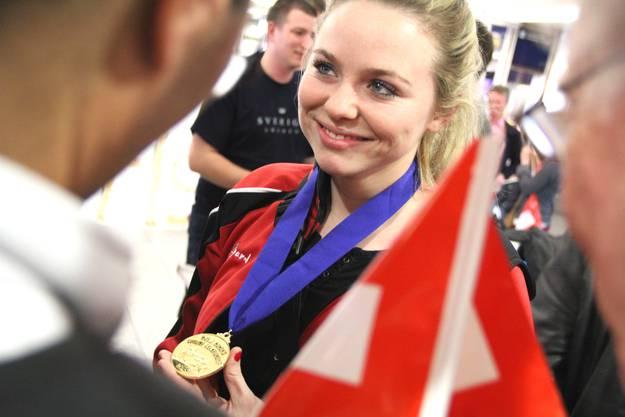 Stolz präsentiert die Urdorferin ihre Medaille