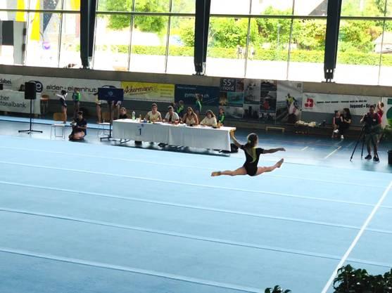 Mira beim Spagatsprung auf dem Boden