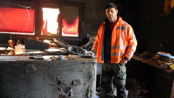 Rolf Treier im Büro, das in der Nacht auf Samstag von den Flammen zerstört wurde.