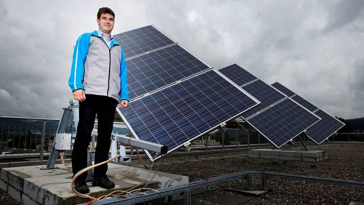 Der Leiter Contracting Netzdienstleistung der EKZ zeigt die Referenzanlage für Photovoltaik über den Dächern von Dietikon (Foto: Emanuel Freudiger)