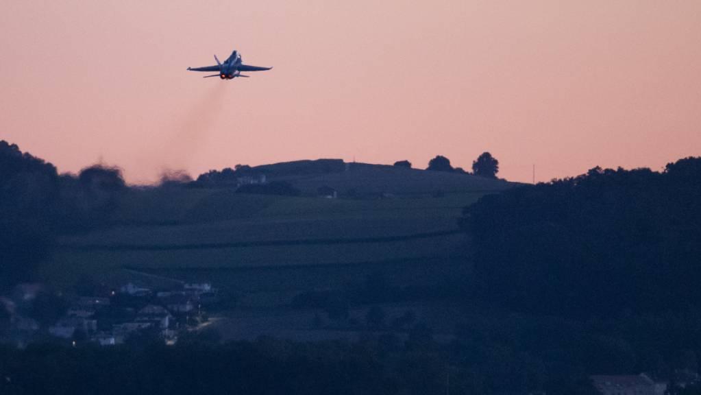 Die Schweizer Armee will mit ihren Kampfjets am Abend weniger Lärm verursachen. Kommende Wochen finden entsprechende Testflüge statt. (Archivbild)