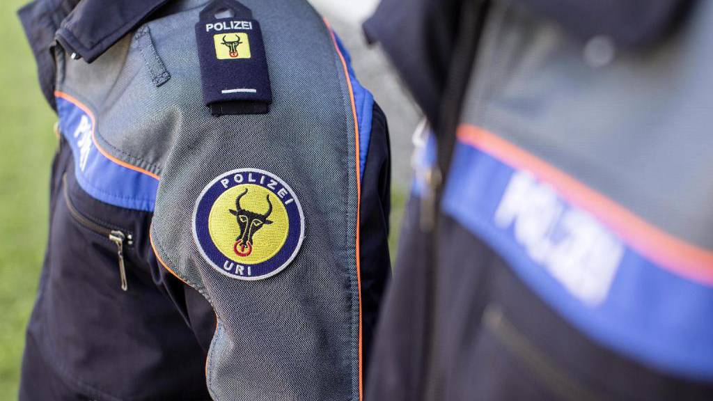 Betrunkener Mann bedroht Polizisten mit Waffe