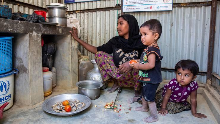 Eine Rohingya-Familie im Flüchtlingslager in Bangladesch.