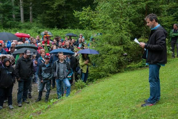 Burgerrat Ueli Rätz bei der Waldbegehung